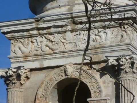 san remy arch close up